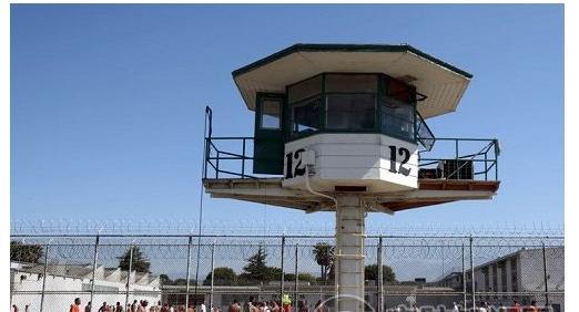 一、监狱安全防控立体化   据相关数据统计监狱在押罪犯中,重大刑事犯和判刑两次以上的罪犯达押犯总数的50%,其中每4名押犯中就有1名重大刑事犯,每6名押犯中有1名原判刑15年以上的罪犯;同时,押犯成份结构也变得更为复杂,暴力型、团伙犯罪型、涉黑涉毒型等罪犯人数大大增加,这些罪犯反社会意识深,抗拒改造情绪强烈,给监狱的监管安全工作造成极大威胁。因此,全国各省监狱管理局都大力推进监狱信息化项目的建设,希望借助现代化的科技手段,打造立体化的监狱安全防控系统,从而全面提高监狱的安全管理水平。    二、构建一体化